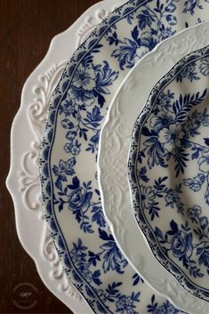 Fair Meadow Place – Set the Table – Buying & Collecting Dishes – Tableware Design 2020 Blue Dishes, White Dishes, White Plates, Blue Plates, Blue And White China, Flow Blue China, Blue Willow China, Dish Sets, Vintage Dishes