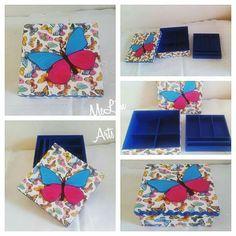 Porta jóias com divisorias e bandeja, revestida com tecido e aplique de borboleta