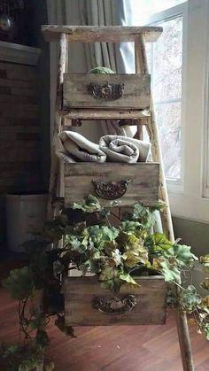 Projet déco : transformez une vieille échelle en bois et quelques vieux tiroirs en étagère originale