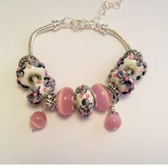 Un superbe bracelet créé avec de belles perles fleuries !