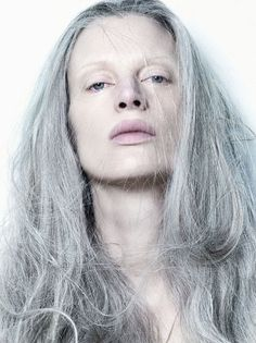 The beautiful Kristen Mcmenamy showing off her natural long grey hair in an editorial for Dazed and Confused! (can you all believe this woman is 45 years old? she looks amazing! Long Gray Hair, Silver Grey Hair, White Hair, Pelo Color Plata, New Hair, Your Hair, Foto Fashion, Style Fashion, Ageless Beauty