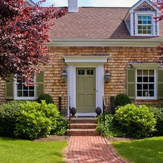 Traditional Spaces Small Brick Ranch With Small Porch Design, Pictures, Remodel, Decor and Ideas - page 3 Green shutters & door Green Front Doors, Front Door Entrance, Front Door Colors, Front Stoop, Garage Entry, Front Porches, Entry Doors, Interior Exterior, Exterior Doors