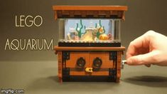 This is the very cleverly designed LEGO Clockwork Aquarium built by LEGO fan Mark Smiley. When you turn the crank, the fish swim around, a crab jumps, and a starfish turns as the fish pass. Minifigura Lego, Lego Craft, Lego Haunted House, Lego House, Legos, Lego Fish, Lego Mansion, Lego Table Ikea, Casa Lego