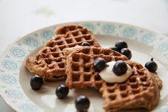 Fra jord til bord: Vafler av surdeig med havregryn og spelt. Dairy Free, Waffles, Gluten, Breakfast, Morning Coffee, Waffle, No Dairy