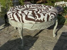 Coffee table turned tufted bench, tooooo cute! This would be perfect for my bathroom & closet. I take 2 please!