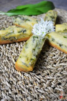 Financier à l'ail des ours via @lolibox Wild Garlic, Cauliflower Bites, Chex Mix, Wrap Sandwiches, Mini Cakes, No Cook Meals, Entrees, Food And Drink, Appetizers