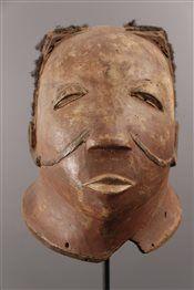 Masque casque Makonde -  Pièce issue de la collection d'art africain NL. Le Makonde du nord du Mozambique et du sud de la Tanzanie portaient des masques casques appelés Lipiko lors des cérémonies d'initiation des jeunes gens. Afin d'accentuer le naturalisme de ces masques, les Makonde pouvaient y joindre des cheveux humains. Les traits du visage étaient accentués de scarifications qui sur les masques étaient peintes à l'aide de cire.