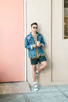 Denim jacket with patches (bershka) Men Fashion Show, Mens Fashion Suits, Blazer Fashion, Denim Jacket Patches, Tailored Shorts, Simple Outfits, 21 Men, Green Shirt, Olive Green