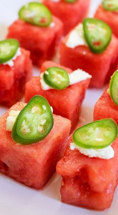 I can't wait to get a house so I can have a house warming party and serve these! sweet watermelon, juice, spicy slices of serrano chile, and crumbled salty feta cheese Sweet Watermelon, Watermelon Salad, Watermelon Slices, Watermelon Recipes, Finger Food Appetizers, Appetizer Recipes, Party Appetizers, Yummy Appetizers, Tapas