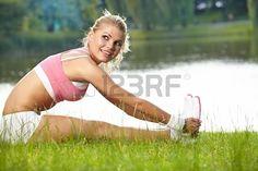Atrakcyjna kobieta biegacz rozciąganie przed jej treningu Zdjęcie Seryjne - 20814782