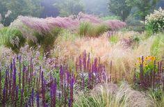 Mnoho okrasných trav a sem tam šalvěj (Salvia) či třapatka (Rudbeckia), zahrada Jaap de Vries, Nizozemsko