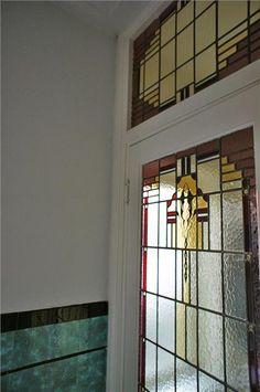 Detail van een glas in lood deur en tegels in de hal van een jaren '30 huis in Haarlem