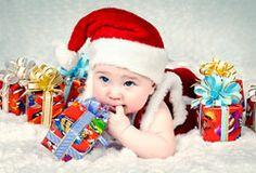 Baby mit Weihnachtsmannmütze