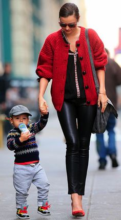 Miranda Kerr: 'Happy Thanksgiving Everyone!': Photo Miranda Kerr holds hands with her adorable son Flynn as they go for a walk around town on Thursday (November in New York City. The model treated… Carrie Bradshaw, Looks Style, Mom Style, Style Miranda Kerr, Fashion Maman, Skinny Leather Pants, Yves Saint Laurent, Vogue, Glamour