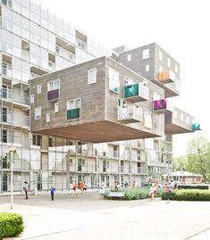 Complexo de apartamentos WoZoCo, para idosos, com 100 unidades habitacionais. Em Amsterdam, Paises Baixos.  Arquitetos do escritorio MVRDV.   Fotografia: Samuel Ludwig.