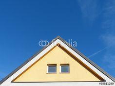 Spitzer Dreiecksgiebel mit zwei Fenstern eines Wohnhaus in Markt Burgheim in Oberbayern