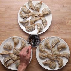 Makes dumplings The post With these homemade self-filling Dumplings you make everyone happy appeared first on Tasty Recipes. One Dish Meals Tasty Recipes I Love Food, Good Food, Yummy Food, Tasty Videos, Food Videos, Recipe Videos, Food App, Homemade Dumplings, Cooking Dumplings