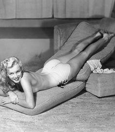 Marilyn Monroe posing for pin-up artist Earl Moran, 1947