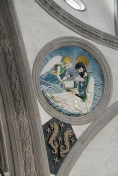 Капелла Пацци. Luca della Robbia - Святой Матфей. Под евангелистом герб семьи Пацци.