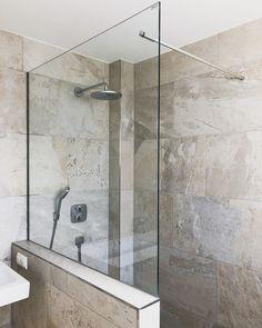 Shower partition with stabilizing bar through the glass shower door . Interior, Backyard Decor, Wood Ornaments, Shower Doors, Bathroom Interior, Wood Diy, Big Living Rooms, Bathroom Decor, Bathtub