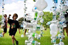 Plastic Bottle Installation.  Installazione di bottiglie di plastica nel centro di un parco a New York. Installazione premiata per la sua forma innovativa alla sostenibilità ambientale. Questa installazione vuole sensibilizzare le persone ai danni che si possono creare alla natura se non si buttano correttamente le bottiglie di plastica.
