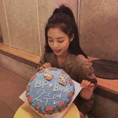 Hello my fellow blinks I'm late but on August Blackpink was born🤧♠️❤️ Kim Jennie, Yg Entertainment, Blackpink Members, Thing 1, Blackpink Photos, Mamamoo, Me As A Girlfriend, Kpop Girls, Chen