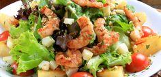 Salada de Cuscuz e Camarão: Ingredientes: 1 cenoura 12 folhas tenras de alface 6 delícias do mar 250 g de miolo de camarão descongelado 100 g de couscous 250 ml de água 1 cubo de ...