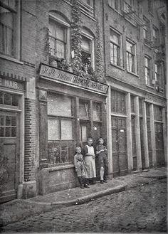 Platenzaak H.Ph. Willems Gramophoonhandel in de Willemsstraat (Jordaan) begin 20e eeuw. Het zal naar schatting tussen 1910-1920 zijn geweest. Toeschouwers hangen uit het raam (1e etage). Pand bestaat helaas niet meer.