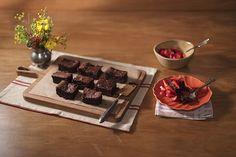 Nunca na sua vida você comeu um bolo musse de chocolate tão maravilhoso. É sério. Você precisa de apenas três ingredientes e alguma disposição. Não é para todo dia, mas vale cada minutinho investido no preparo.