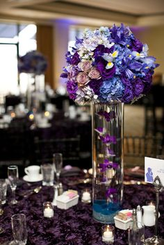 purple wedding centerpieces by Empora Flora Centro de mesa boda