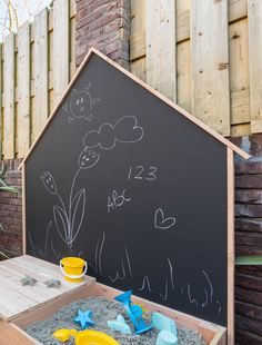 Zo maak je makkelijk van je tuin een kinderparadijs - Eigen Huis en Tuin Summer Fun, Art Quotes, Chalkboard, Garden Ideas, Trail, Exterior, Patio, Blazer, Baby