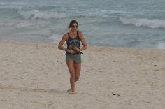 Grazi Massafera leva Sofia para passear e corre na praia