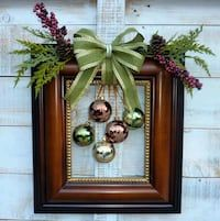 60 DIY Picture Frame Christmas Wreath Ideas that totally fits your Budget - Hike n Dip Here are the best Picture Frame Christmas Wreath Ideas. These unique Christmas Wreaths made using old Picture Frame are cheap & budget-friendly decor Ideas. Picture Frame Wreath, Christmas Picture Frames, Picture Frame Crafts, Christmas Pictures, Picture Frame Ornaments, Simple Christmas, Christmas Holidays, Christmas Wreaths, Christmas Gifts