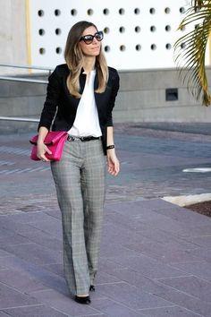 Comprar ropa de este look:  https://lookastic.es/moda-mujer/looks/blazer-camisa-de-vestir-pantalon-de-vestir-zapatos-de-tacon-cartera-sobre-correa-gafas-de-sol-reloj/6179  — Gafas de Sol Negras  — Blazer Negro  — Camisa de Vestir Blanca  — Correa de Cuero Negra  — Cartera Sobre de Cuero Rosa  — Reloj de Cuero Negro  — Pantalón de Vestir de Tartán Gris  — Zapatos de Tacón de Cuero Negros
