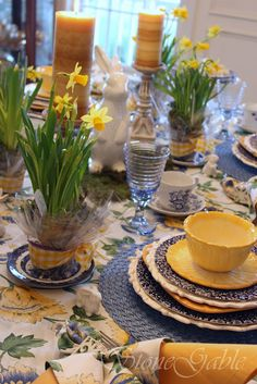 Spring is here! The daffodils are out and lovingly placed on this table with everything in blue (for the sky) and yellow (for sun). JH Harbingers Of Spring Tablescape Dresser La Table, Casas Shabby Chic, Yellow Cottage, Beautiful Table Settings, Easter Table, Deco Table, Mellow Yellow, Blue Yellow, Navy Blue