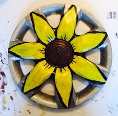Somebody lost a hubcap I found a sunflower! Somebody lost a hubcap I found a sunflower! Garden Crafts, Garden Projects, Art Projects, Aluminum Can Crafts, Metal Crafts, Recycled Garden, Recycled Art, Yard Art, Money Making Crafts