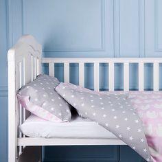 Пастельный розовый цвет является символом спокойствия и материнской любви. Выбирая для своего малыша комплект постельного белья LITTLE LIPPI ребенок будет чувствовать всю силу Вашей любви и обретет комфортный сон.  В комплект входит:  1 шт. простынь 60х120 или 70х140,  1 шт. пододеяльник 110х140,  1 шт. наволочка 40х60.  Состав: 100% высококачественный хлопок.  Может быть выполнен по индивидуальным размерам.