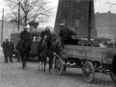 Een koetsier wordt op het Oostplein naast molen De Noord door politieagenten te paard op de bon geslingerd, maart 1931. Op het Oostplein stond sinds 1711 de stellingkorenmolen 'De Noord'. Deze molen overleefde het bombardement doordat de molenaar de wieken liet draaien. De omliggende bebouwing brandde uit. Op 28 juli 1954 werd molen De Noord alsnog door brand verwoest. Hij is niet herbouwd.