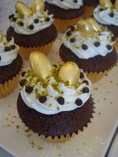 Uzun bir aradan sonra sıra kremalı çikolatalı muffin tarifine geldi. Yumuşacık ve çok lezzetli oluyorlar. İşte tarifi,  Malzemeler;  *125...