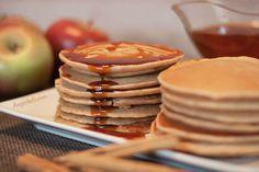 En esta receta, vamos a preparar unas Tortitas Americanas esponjosas y con un delicioso sabor a manzana y canela. Es una receta fácil y se prepara en un momento. Ideales para tomar en el desayuno o la merienda.Tortitas (Pancakes) de Manzana y Canela!