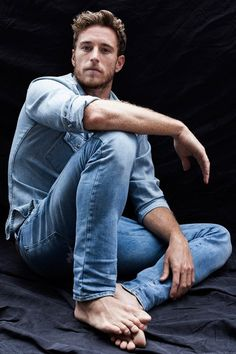 f-inclass:   rodrigo calazans by cristiano madureira. I like what he is wearing! The two shades of blue look good,!