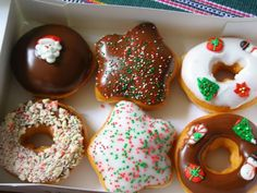 donuts Some sort of chocolate bars donut with sprinkles appears to be so good right now. mmm mmm mmm mmm delicious donuts for everyone Christmas Donuts, Christmas Treats, Christmas Time, Xmas, Merry Christmas, Christmas Morning, Christmas Carnival, Christmas Deserts, Christmas Feeling