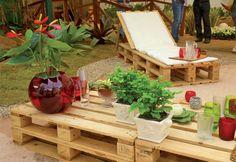 Os Pallets e Caixotes tem feito sucesso na decoração, transformados em móveis e itens para decorar, uma tendência sustentável. Visite www.thyarporto.com/blog
