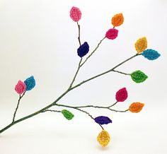 Crochet Leaves (Free Pattern) (and links to several other free crochet patterns) Crochet Leaf Patterns, Crochet Leaves, Crochet Flowers, Felt Leaves, Yarn Bombing, Crochet Diy, Crochet Home, Guerilla Knitting, Graphic