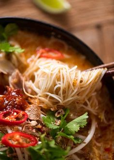 Vermicelli Noodles in Laksa Soup broth in a pot, fresh off the stove Chicken Vermicelli, Vermicelli Recipes, Vermicelli Noodles, Laksa Soup Recipes, Laksa Recipe, Noodle Recipes, Laska Soup, Fresco, Curry Laksa