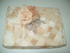 Reutilização de caixas, com filtro de café tingido com pigmento natural, por aluna surda CECAP.