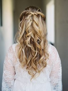 Wedding Hairstyle Inspiration - Photo: Lane Dittoe