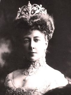Princess Stephanie of Belgium, Countess Elemer von Lonyay, wearing her Chaumet fleur de lys parure (tiara, choker necklace and corsage brooch).