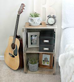 meubles de chambre : table de nuit et caisse de vin en bois