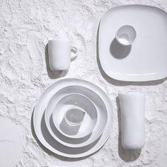 """Vaisselle """"Coast"""" par Tina Frey, Habitat. Le fait-main c'est la marque de fabrique du style Tina Frey. L'inviter à participer à une collection où l'authentique est roi apparaissait donc comme une évidence. Pour Habitat, elle a réalisé une vaisselle unique, puisque chaque pièce est sculptée à la main en argile avant d'être coulée en résine dans un moule sur-mesure. La beauté se niche dans l'imperfection, cette collection en est la preuve."""